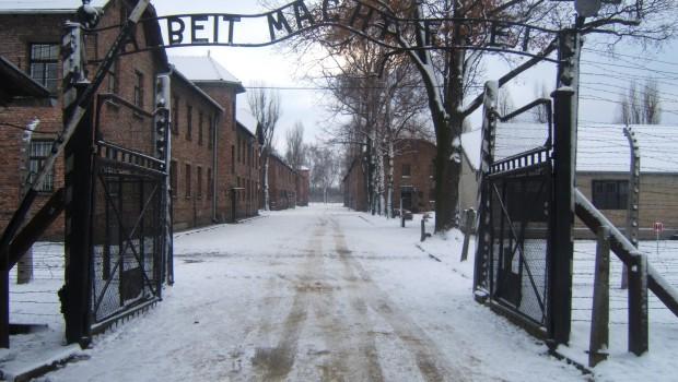 Auschwitz_I_entrance_snow