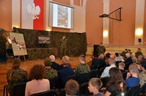 Uczeń w stroju żołnierza recytuje wiersz o Monte Cassino.