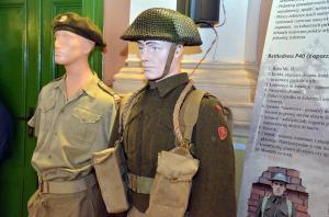Manekiny w żołnierskich mundurach.