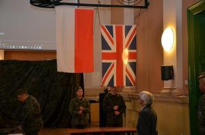 Flagi Polski i Wielkiej Brytanii, wciągnięte jak pod Monte Cassino.