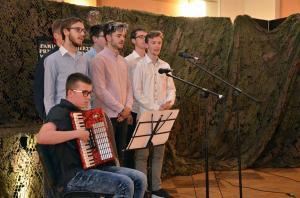 Uczniowie I LO śpiewają z akompaniamentem akordeonu.