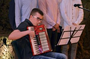 Uczeń I LO, Adrian Zatorski, gra na akordeonie.