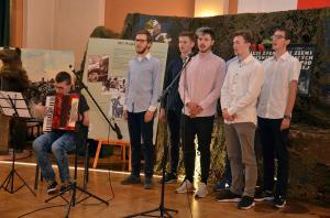 """Amatorski chór powstańczy I LO wykonuje pieśń """"Czerwone maki na Monte Cassino""""."""