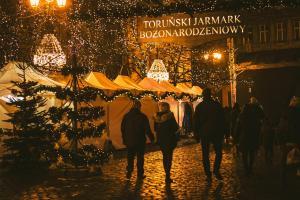Wejście na Toruński Jarmark Bożonarodzeniowy nocą