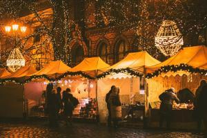 Stoiska na Rynku Staromiejskim nocą