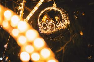 Złota bombka i światełka na choince