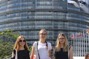 Studentki UMK przed siedzibą Parlamentu Europejskiego w Strasburgu.fot. Robert Wolak