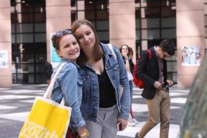 Studentki UMK na dziedzińcu budynku Parlamentu Europejskiego.fot. Julia Wityńska