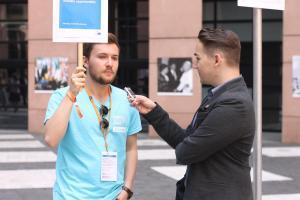 Student UMK rozmawia z wolontariuszami European Youth Event.fot. Julia Wityńska