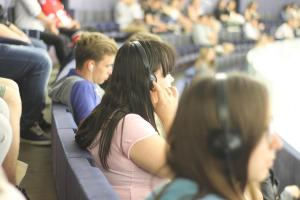 Studenci słuchający tłumaczenia symultanicznego debaty na Sali Plenarnej.fot. Julia Wityńska